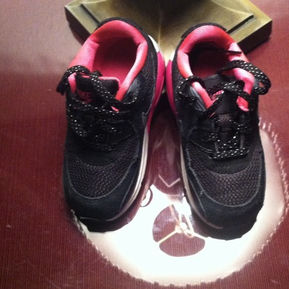 Toddler girl Nike AirMax size 8 Pink/Black. Black sole/black and silver shoe strings/normal width. Gently worn/very good condition. Nike Shoes
