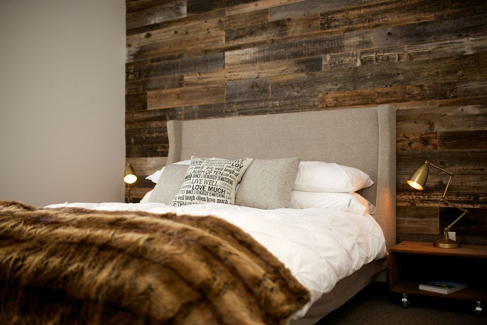 mur en bois de grange pour une chambre couch chaleureuse et distingu e m lange de bois brun. Black Bedroom Furniture Sets. Home Design Ideas