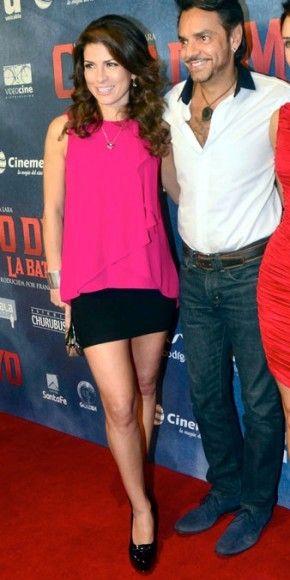 ALESSANDRA ROSALDO    Eugenio Derbez y su bella esposa también se dieron cita al estreno de este filme, que el próximo 3 de mayo llegará a 500 salas de cine de México y Estados Unidos. Alessandra desfiló por la alfombra ataviada en una mini negra con un top holgado color fucsia y tacones en charol negro.