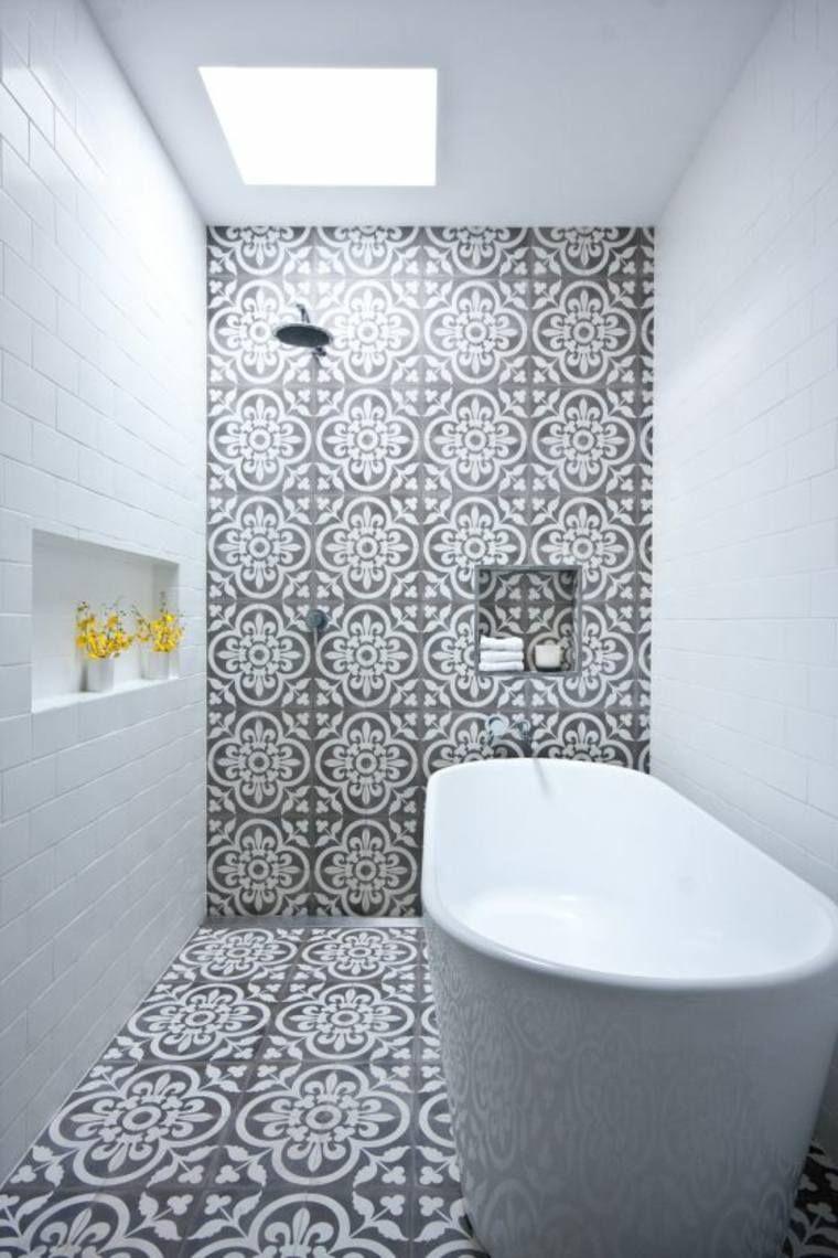 Le Carrelage Marocain Fascine Avec Ses Details Et Ses Nuances Intenses Il Est Eclectic Bathroom Bathroom Design Trends Bathroom Design