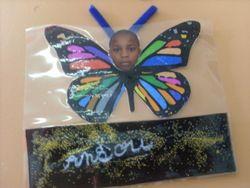 Que de couleurs! Ces papillons illuminent la porte de la classe.
