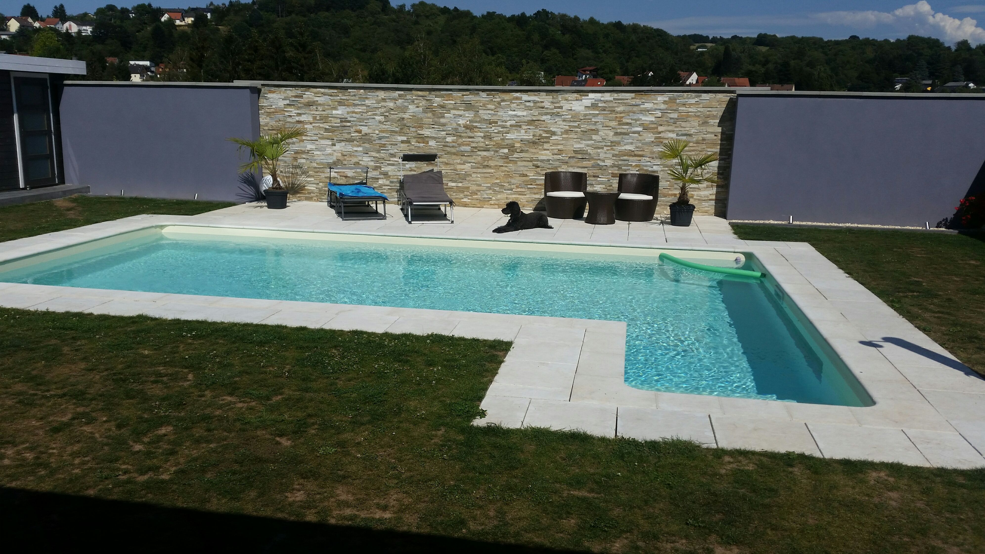 der traum vom eigenen pool im garten umgesetzt die pool randsteine und die passenden. Black Bedroom Furniture Sets. Home Design Ideas