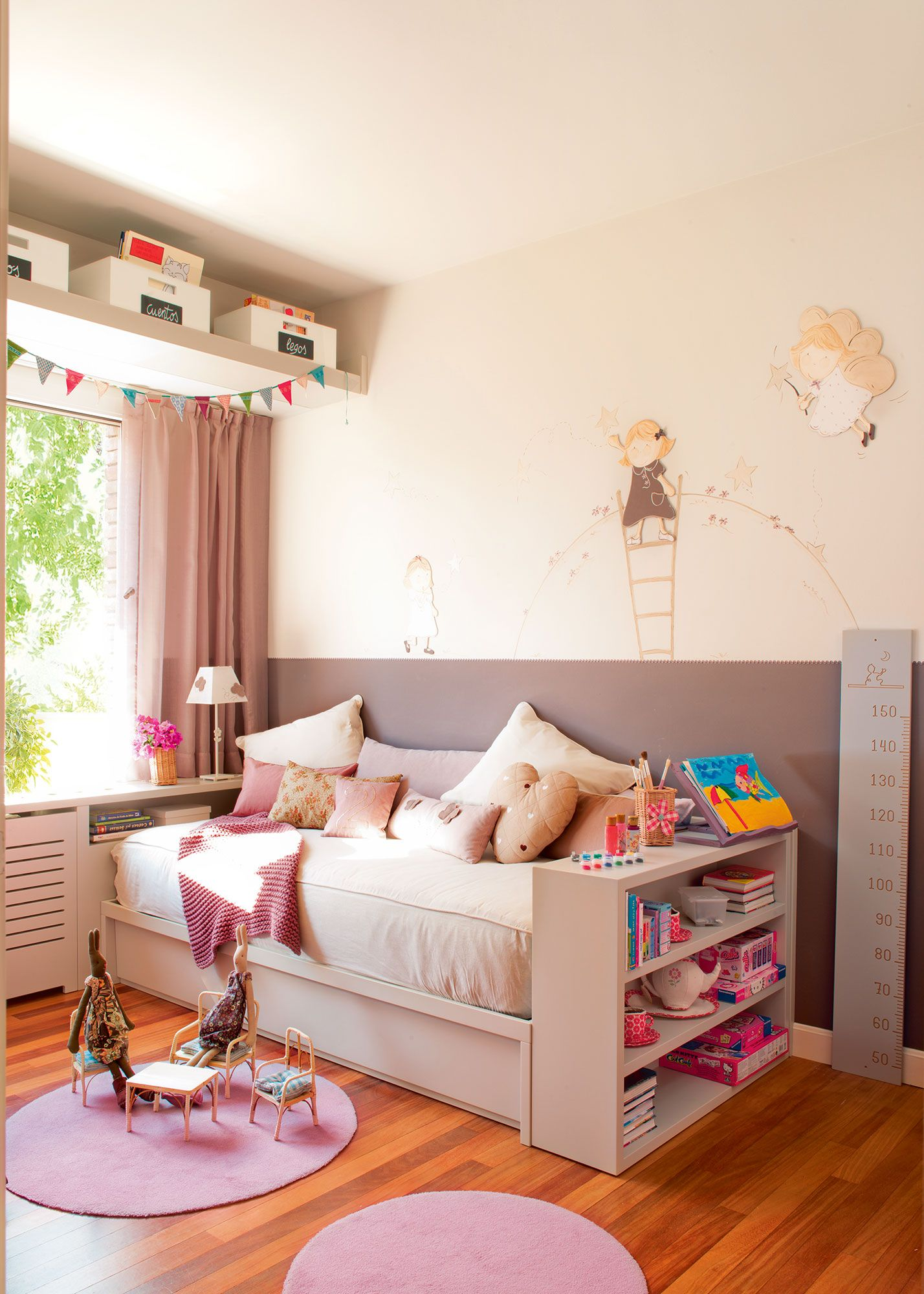 Dormitorio infantil con cama arrimada a la pared z calo y soluciones para guardar juguetes for Habitaciones juveniles 3 camas