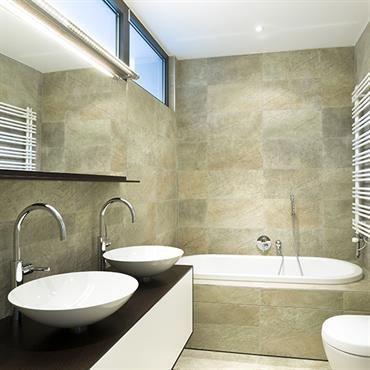 fen tre au dessus lavabos donnant dans l 39 escalier style atelier combles salle de bain. Black Bedroom Furniture Sets. Home Design Ideas