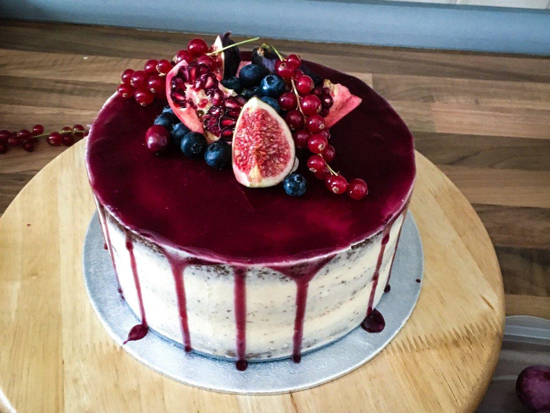 Semi-Naked Cake mit Frischkäsefrosting und Blaubeerfüllung - Tasty-Sue