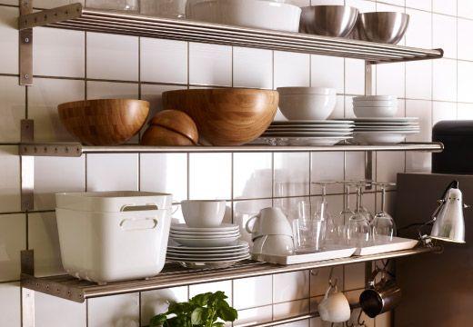 Estantes de pared de acero inoxidable con vajilla y fuentes de - estantes para cocina