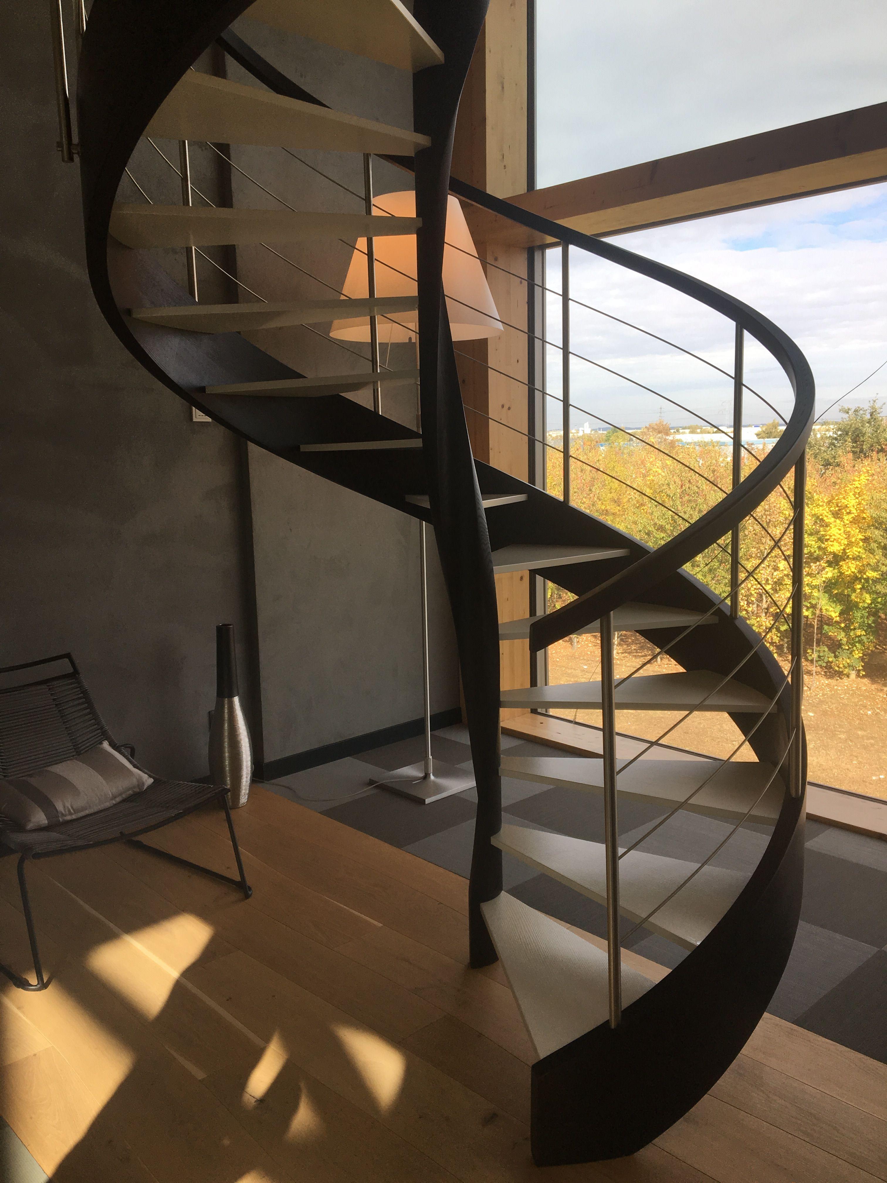 Escalier Nova R6 Courbe Noir Et Blanc Avec Images Escalier