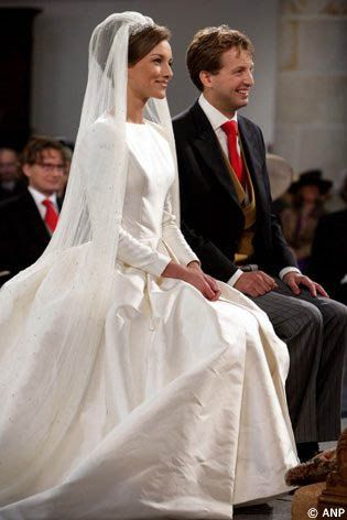 mariage religieux---what a lovely classical dress