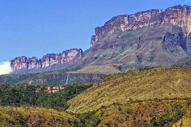 """Auyan-tepui o Auyantepui que en la lengua de los pemones significa la """"montaña…"""