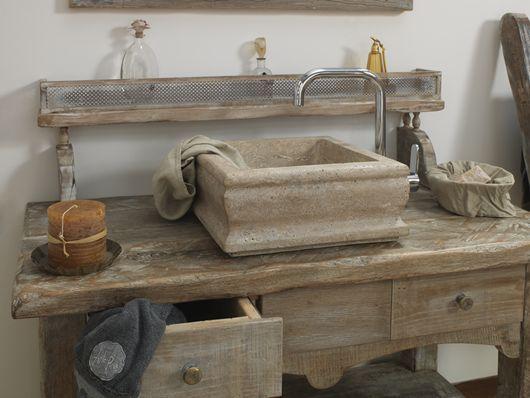 mobile da bagno in stile provenzale realizzato in rovere antico decapato lavabo in travertino noce
