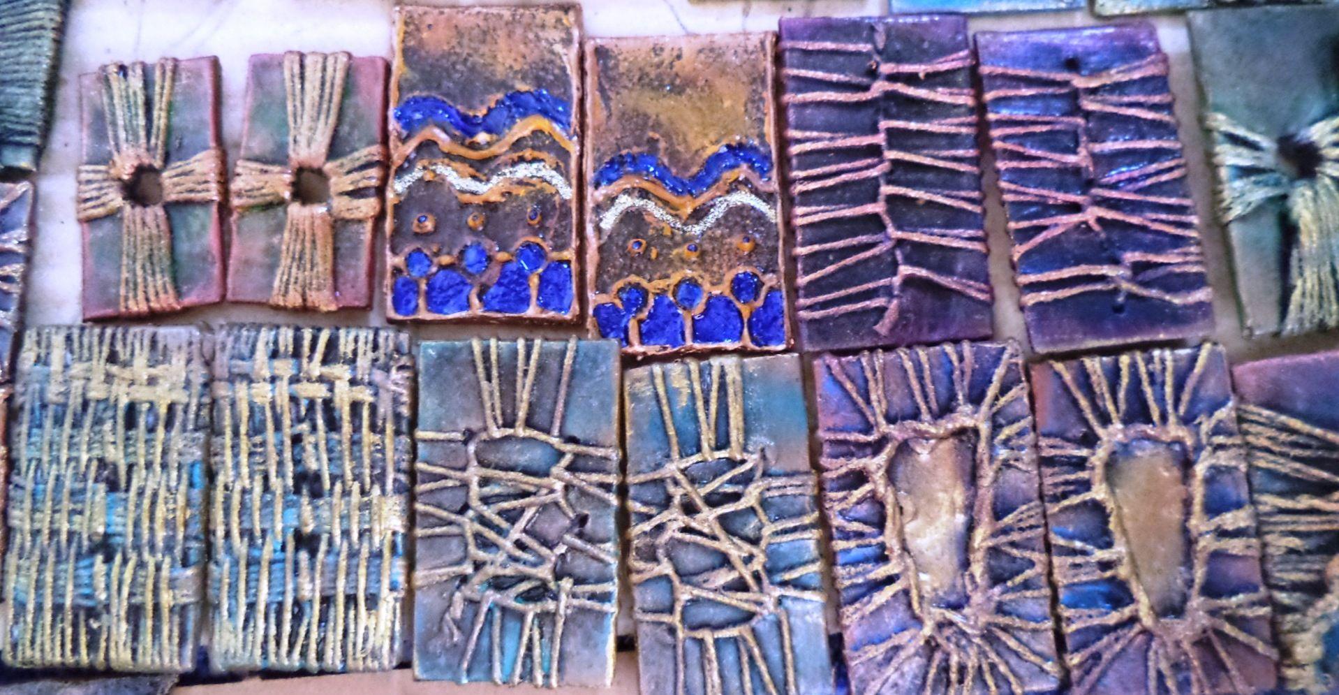 Zarcillos.  Materiales reciclados. Acrílico y resina. Elsa Sanguino. 2015