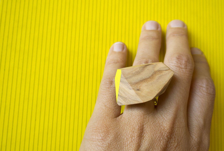Anello in olivo, tagliato e dipinto a mano, montatura in ottone argentato regolabile di Wood&cut su Etsy