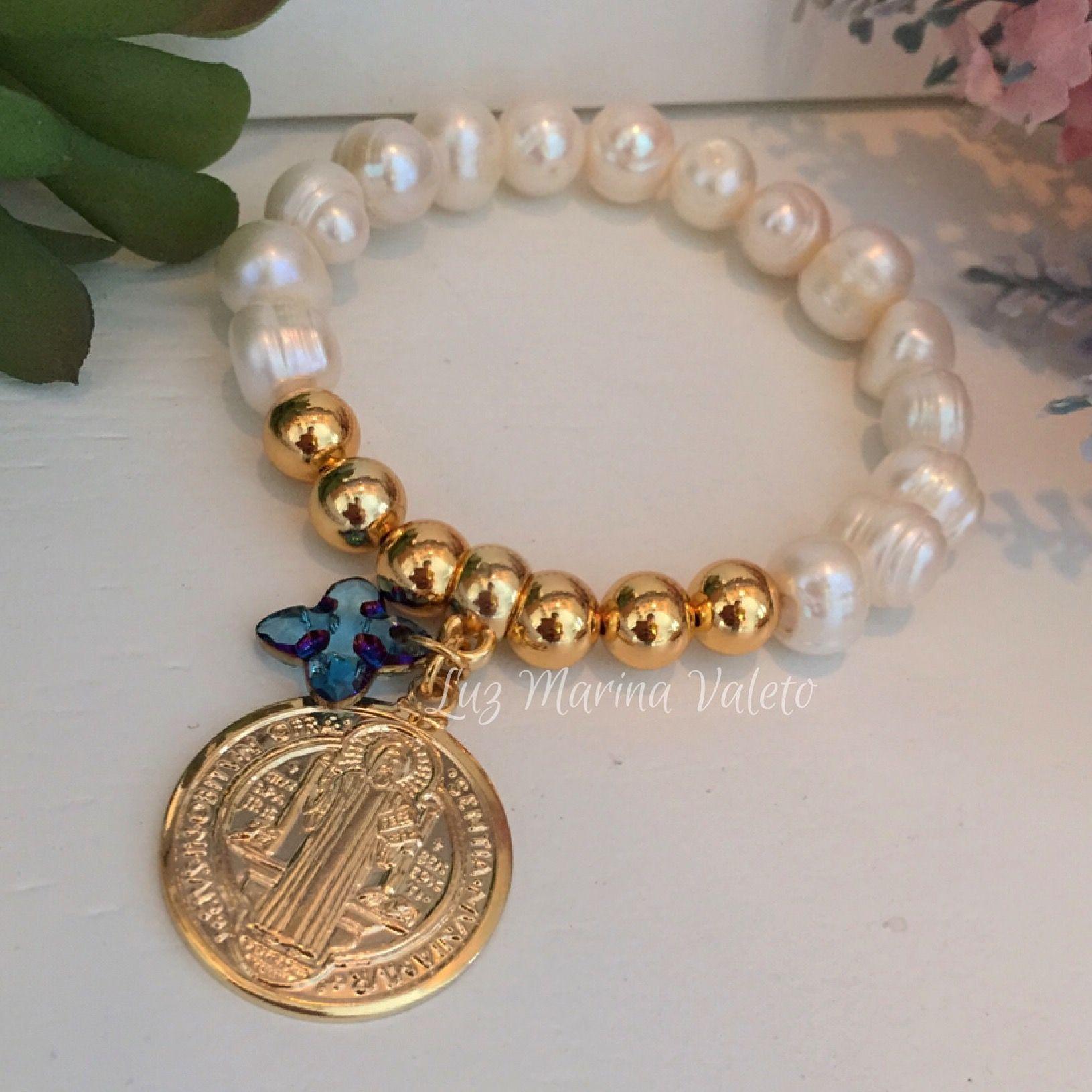81db6fb1f7e1 Pulsera de perlas con dije de San Benito by Luz Marina Valero  bisuteria   pulseras  bisuteriapulseras  peru