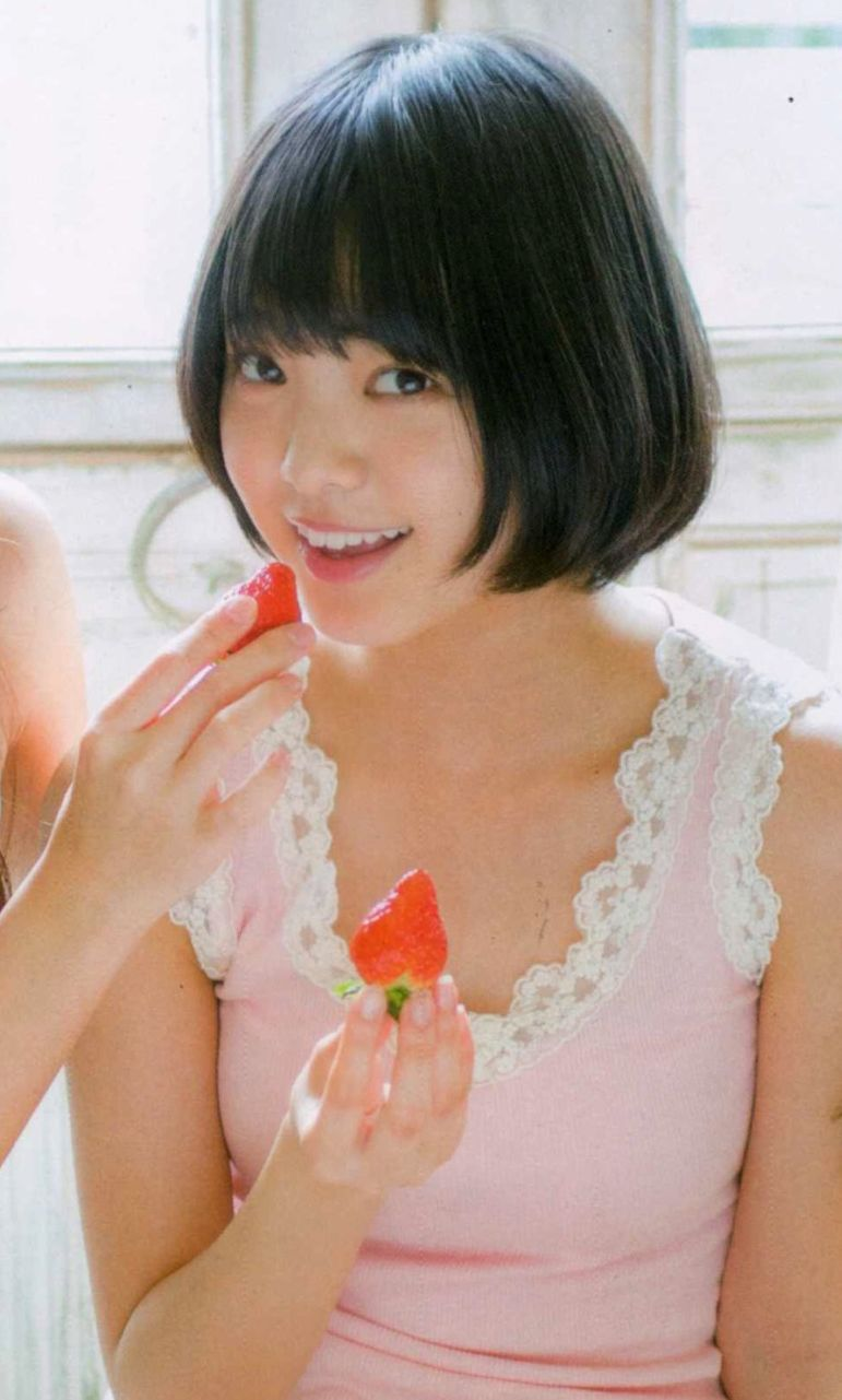 イチゴを食べている可愛い平手友梨奈のセクシー画像♪