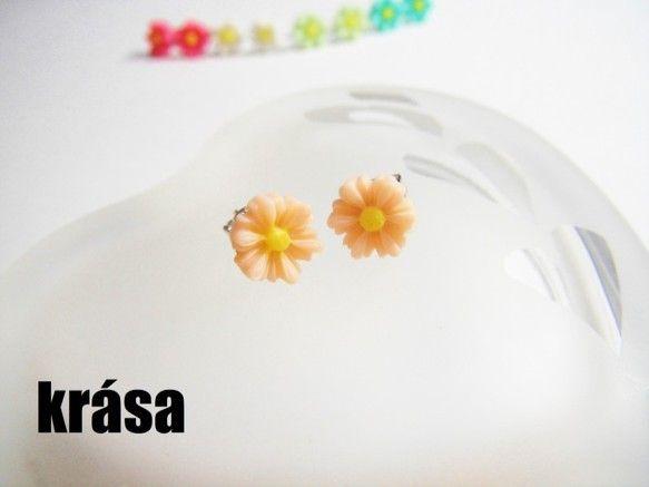 この度はご覧頂き有難うございます。***直径約0.8センチの小さなお花をピアスにしました。カラーバリエーションは5種類です(2枚目の写真がその一覧です)***...|ハンドメイド、手作り、手仕事品の通販・販売・購入ならCreema。