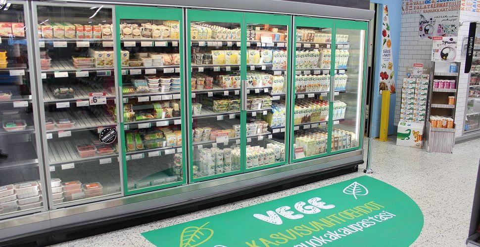 """""""Kasvisruokien myynti on kasvanut räjähdysmäisesti K-ruokakaupoissa. K-ryhmän kaupoissa testataankin nyt vegehyllyä, johon kootaan kasviproteiinituotteet. Uutuutena nyhtökauran rinnalle ovat tulleet ruotsalaisia villinneet Oumph!-soijaproteiinituotteet. Vegehylly sijoitetaan lihatuotteiden yhteyteen tai niiden läheisyyteen, jotta entistä useammat asiakkaat löytäisivät tuotteet helposti. Vegehyllyn tunnistaa kaupassa vihreistä teippauksista."""""""
