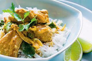 Curry de pollo tai  2 supremas de pollo limpias  2 cebollas  1 cebolla de verdeo  2 cucharas de curry en polvo  caldo de gallina 200 ml  300 ml de leche de coco  200 ml de crema de leche  100 ml de salsa de soja