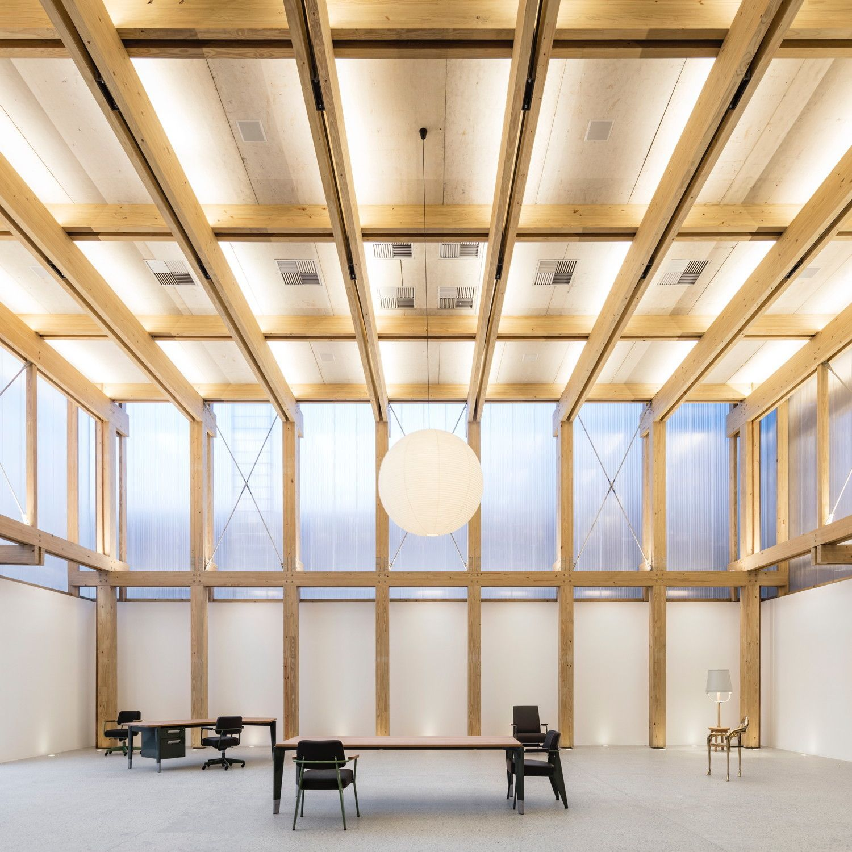 Schattenspiel mit Holzstruktur – Möbelhalle von Studio MK27 in Sao Paulo