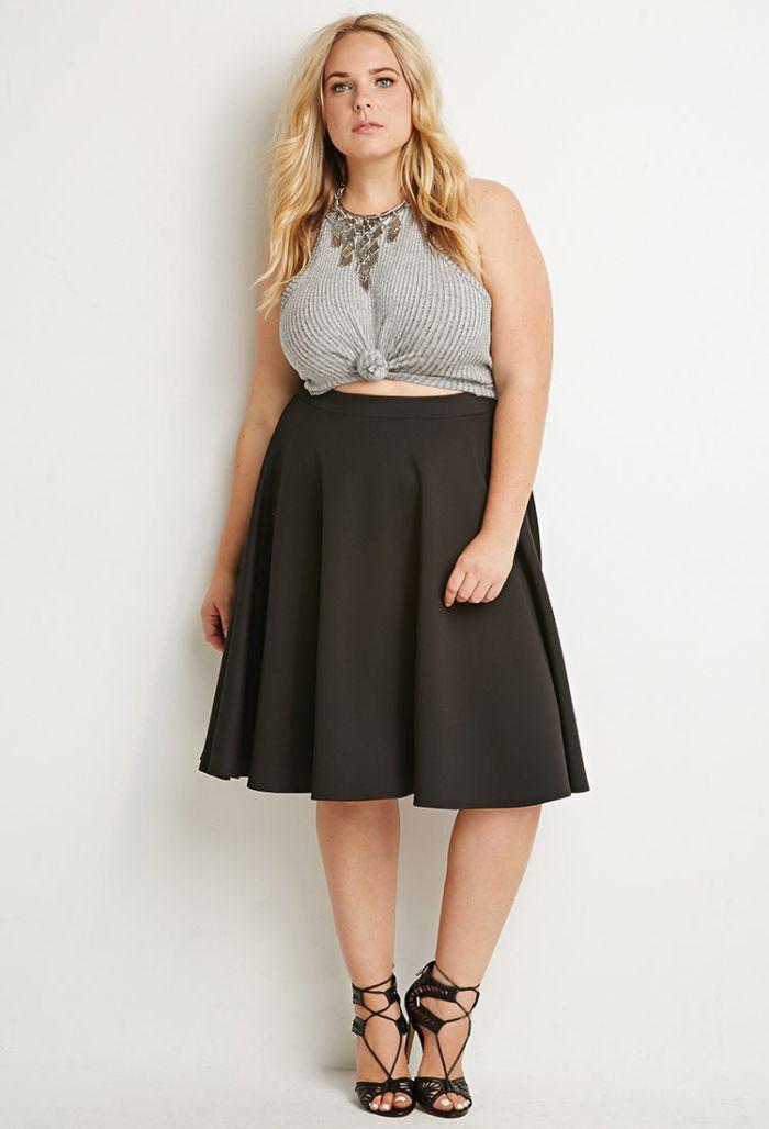 une jupe midi grande taille et un crop top pour femme ronde