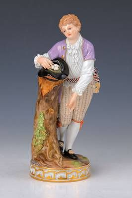 Porzellanfigur, Meissen, um 1890, galanter junger Gärtner mit Vogelnest im Hut, bunt bemalt, ein Finger rest., H. ca. 19cm