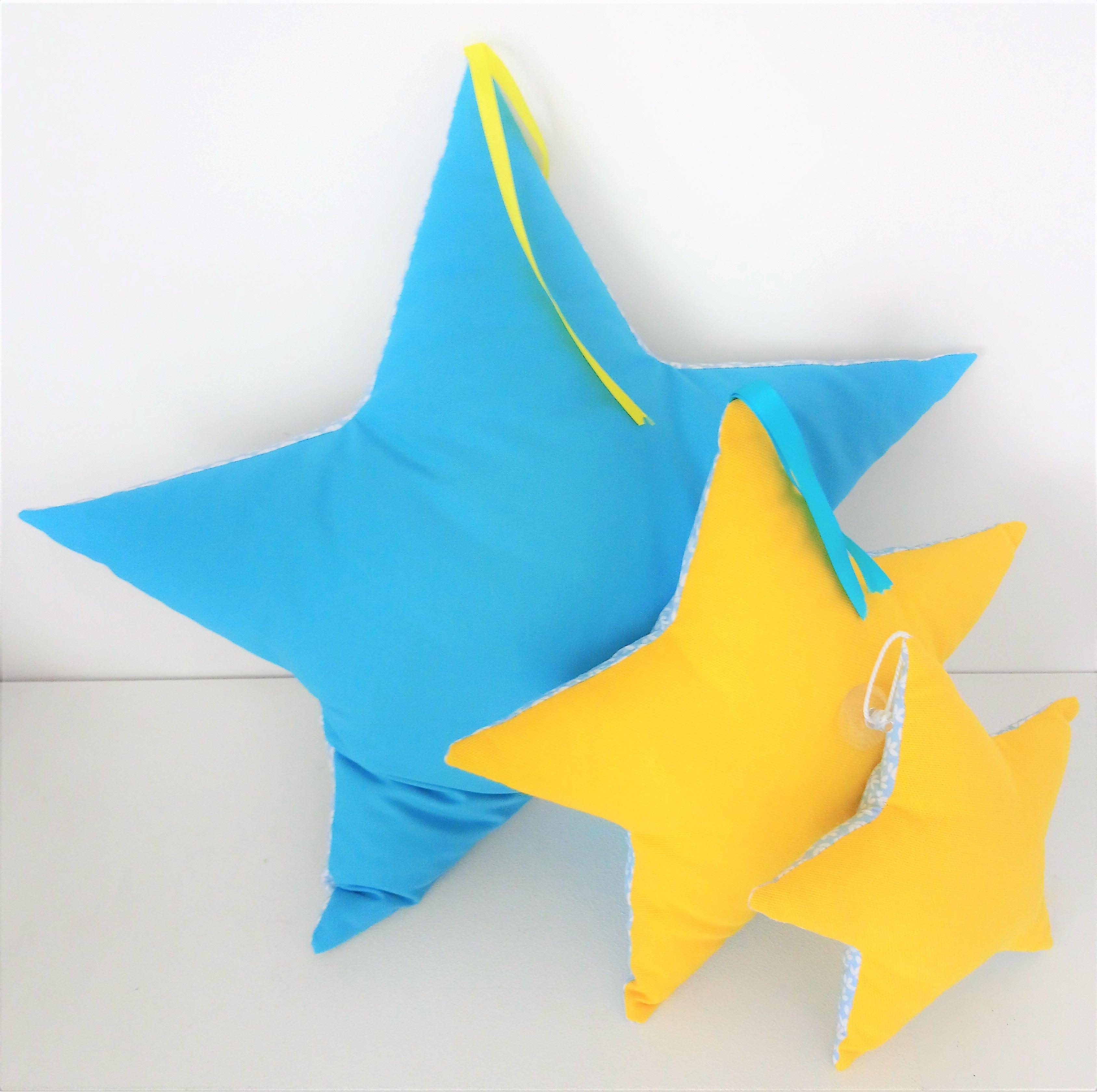 Trio de coussins forme étoile couleur bleu et jaune, intérieur de la ...