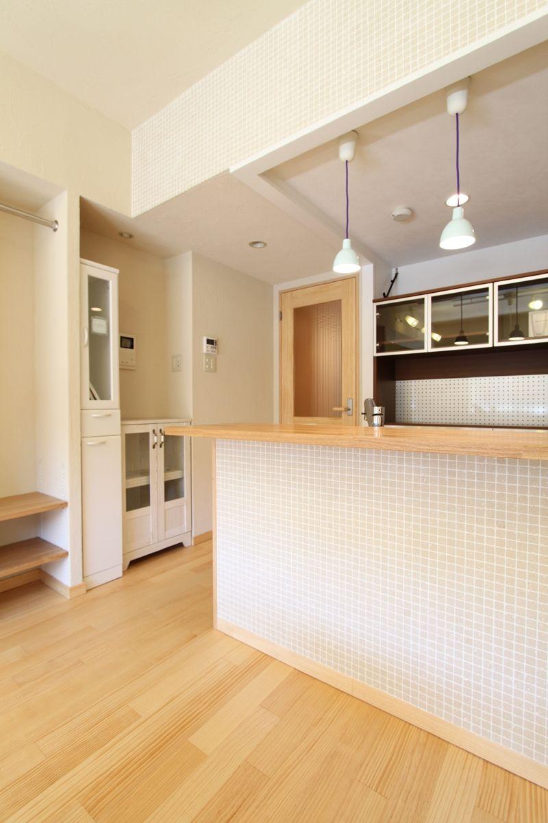 モザイクタイルがかわいい対面キッチンカウンター 収納計画にこだわっ