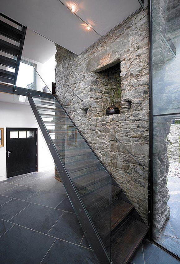 Vieja pared de piedra entre modernas estructuras metálicas ...