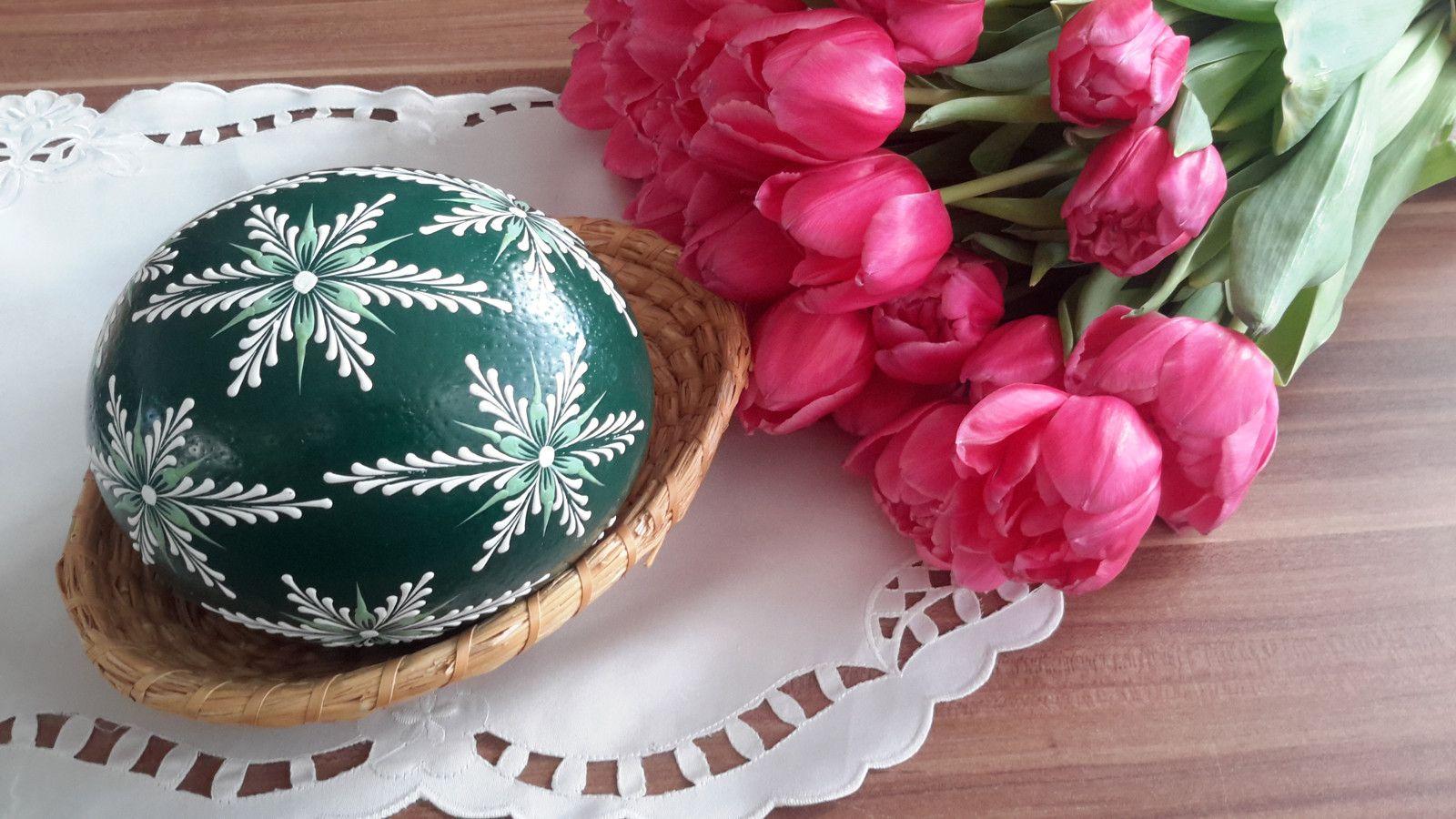 Velikonoční kraslice - zelené pštrosí Pštrosí vejce barvené akrylovou barvou. Je malované zeleným a bílým voskem. Výška pštrosího vejce je cca 15cm.