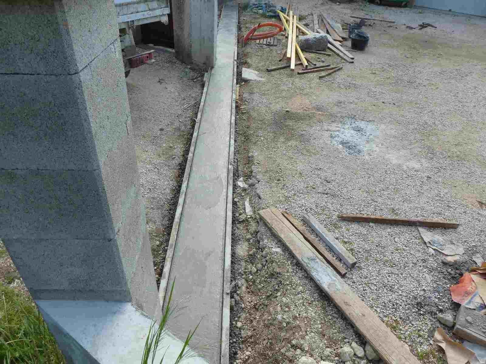 R alisation d 39 un seuil de portail coulissant portail for Comment faire un seuil de porte de garage en beton