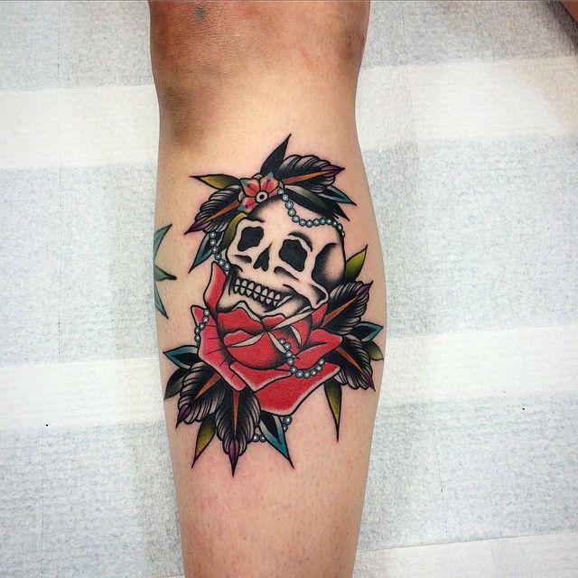 tatouage t te de mort old school sur molet pour femme tatouages tattoos pinterest. Black Bedroom Furniture Sets. Home Design Ideas
