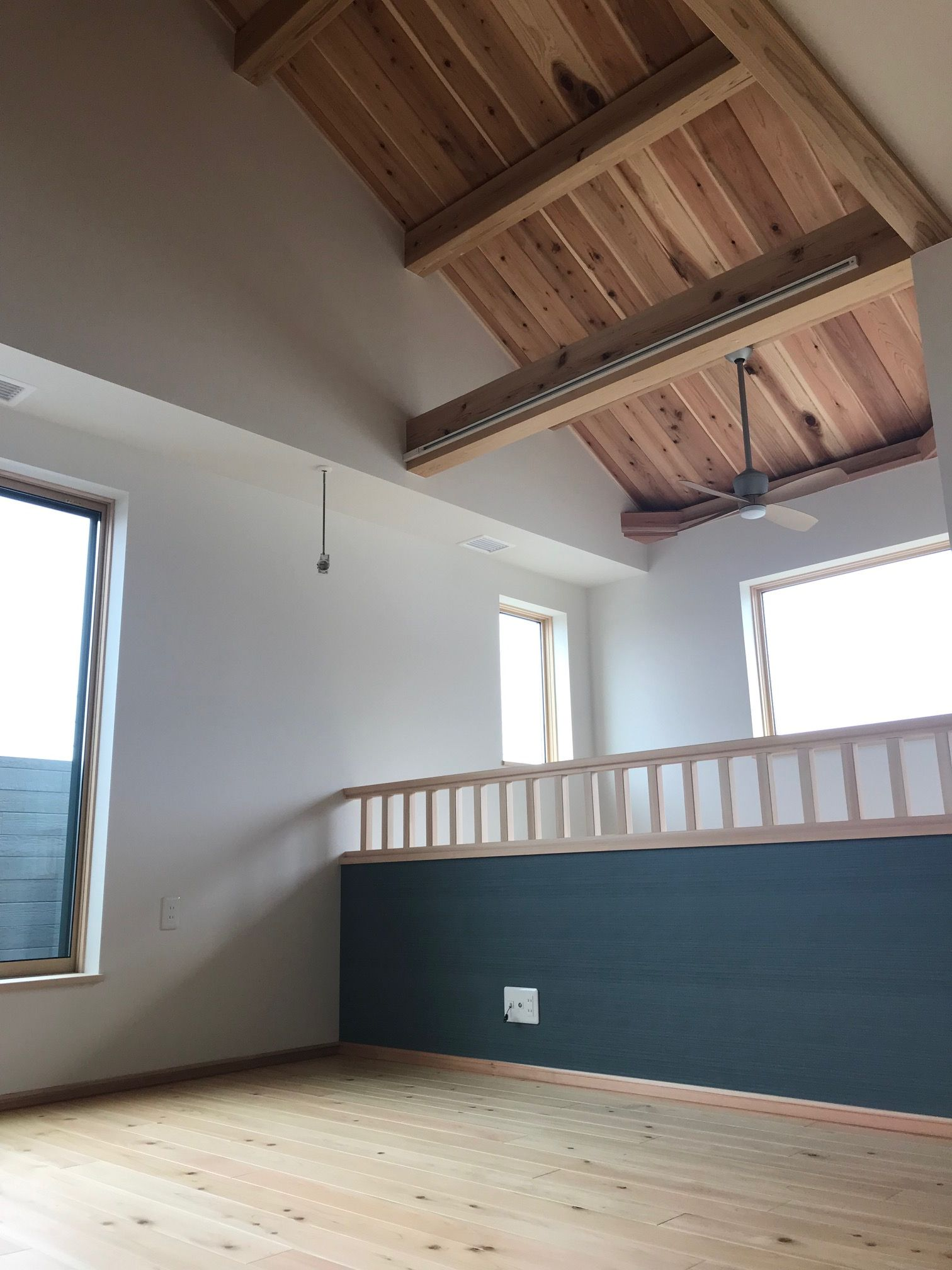 2階のフリースペースは屋根なり天井で開放的 正面手すりにはお布団