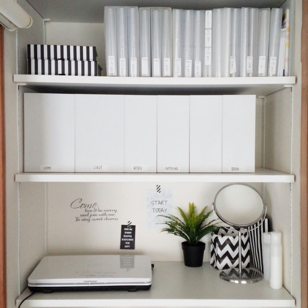 先日、この食器棚にあったファイルボックスをいくつかリビングクローゼットに移動させて空きができていました。
