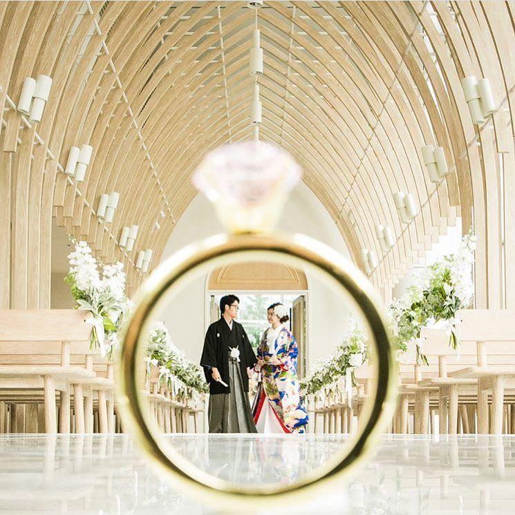 プレ花嫁の結婚式 ウェディング ブログmarryマリーさんはinstagramを利用しています ダイヤの指輪 の中に新郎新婦さんが入ってるような 遠近法ショット Wedding Couple Photos Wedding Photography Wedding Photo Inspiration