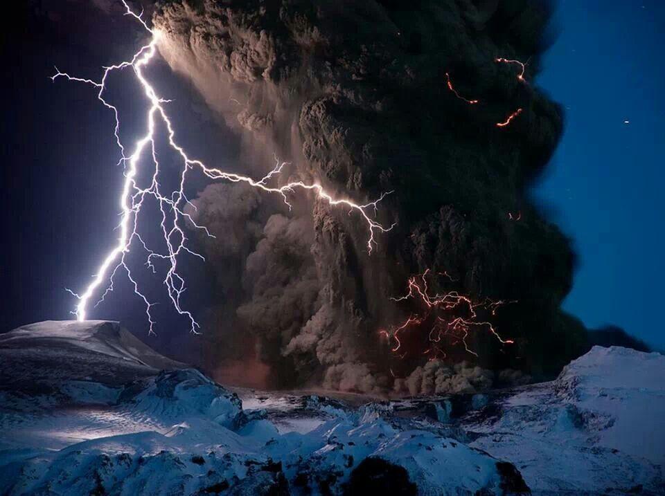 Rayos y ceniza sobre el volcán islandés Eyjafjallajökull Foto: Sigurdur Hrafn Stefnisson