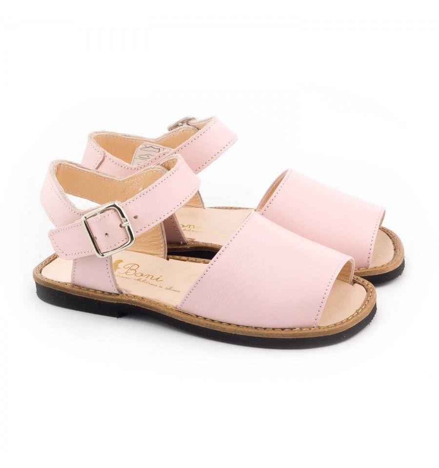 Des nus pieds pour filles faciles à mettre grâce à leur fermeture à boucle.  Des sandalettes en gros cuir souple avec une semelle antidérapante.
