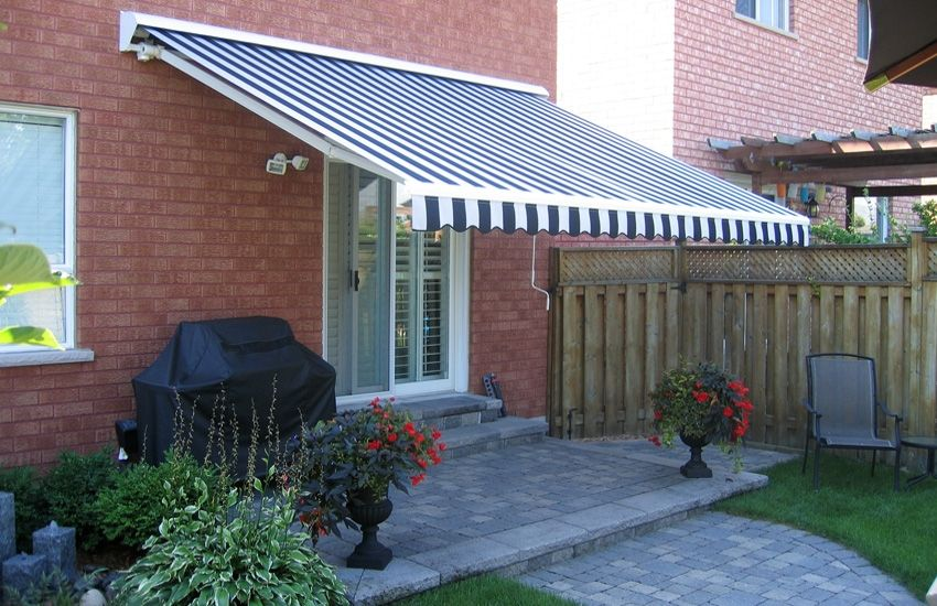Adalia Plus Awning In A Lush Back Yard Rolltec Retractable Awnings Toronto Ontario Canada Backyard Awning Retractable Awning