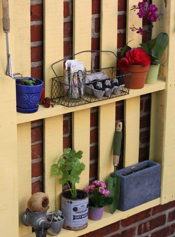 wandregal holzpaletten gelb gartenmöbel selberbauen Terrasse