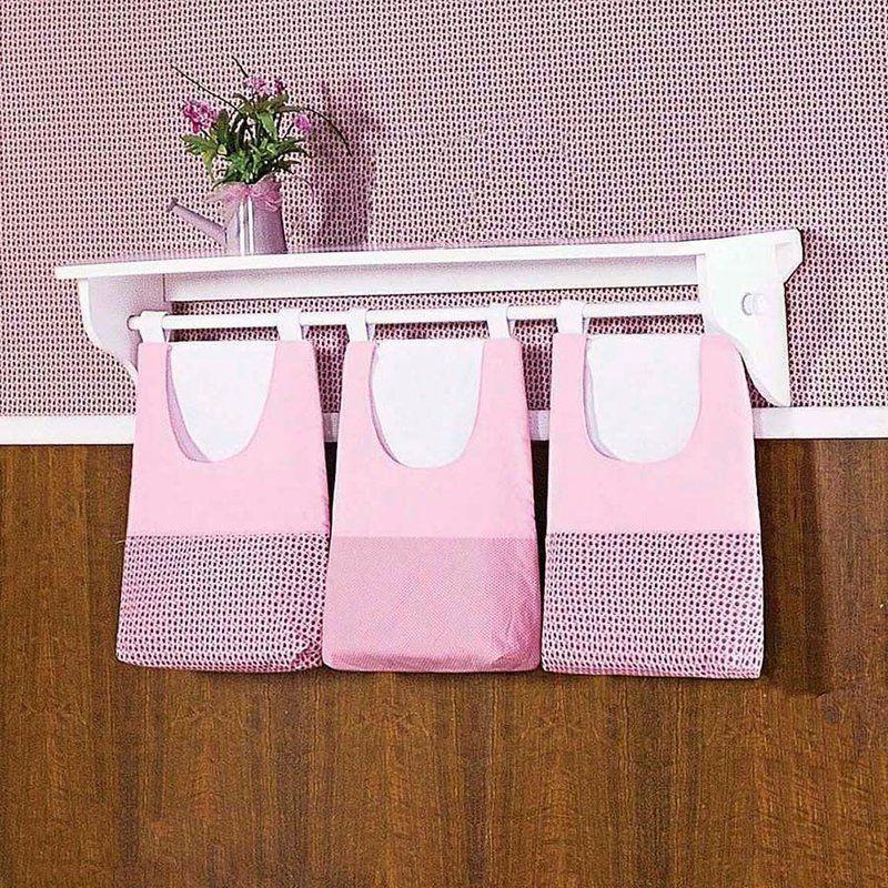 O Porta Treco Decorativo Borboletinha Para Varão Simples - 03 Peças Tecido Piquet 100% Algodão valoriza a decoração do quartinho do seu bebê com a sua combinação de cores delicadas e femininas, além de facilitar na hora da organização!