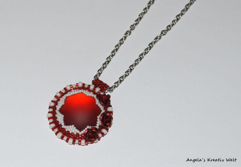 Roter Anhänger mit Metall Rosen von Angela`s Kreativ Welt auf DaWanda.com