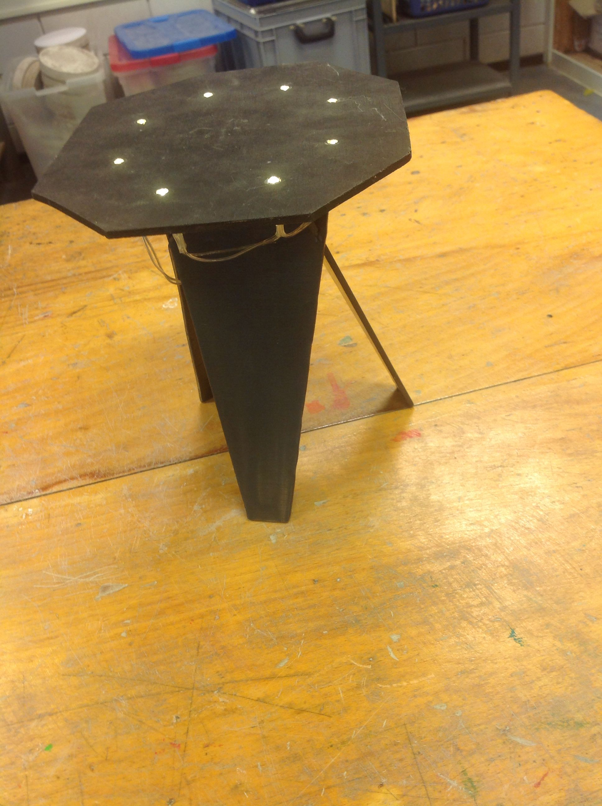 Een tafeltje met lampjes