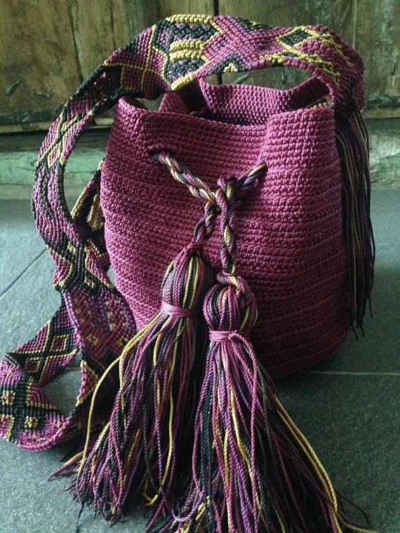 1e9e4bbd585 DESCRIPCION Este hermoso y unico Morral tejido a mano por Artesanos  Mexicanos en zona Maya, se ha inspirado en la idea original de la bella  bolsa Wayuu de ...