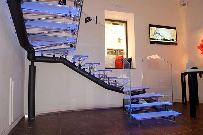 Unica di Valentino Borghesi è una scala realizzata con struttura portante esterna in acciaio verniciato, con supporti in acciaio inox lucido, la scala composta da 9 gradini e 5 pianerottoli in cristallo temprato