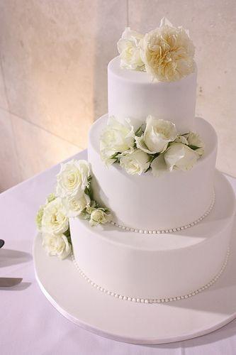 Classic white wedding cake with fresh florals, #white #wedding