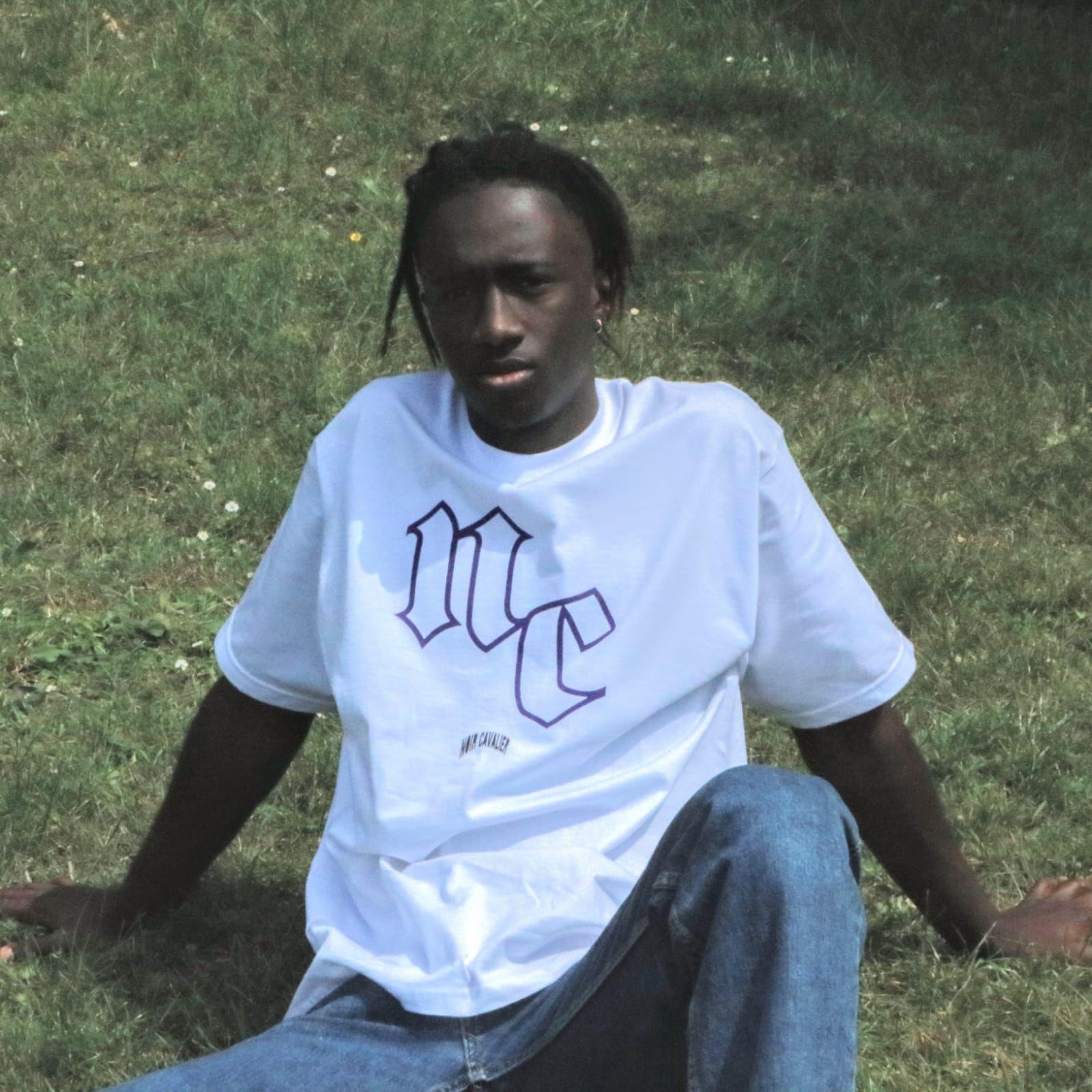 Weißes T-Shirt mit Lila/Schwarzem Aufdruck