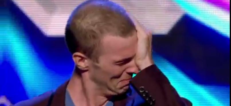 Jovem vence cancro, chora em palco e emociona toda a plateia!