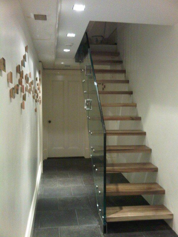 Escada bem simples, com madeira e vidro.