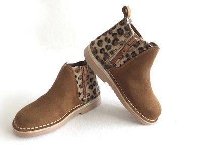 Enkellaars model Chelsea met luipaardprint op de achterkant voor een trendy look. Suède laarzen, zeer comfortabel, handgemaakt met hoogwaardige stoffen. NIEUW MATEN BESCHIKBAAR VANAF 20 MAART!