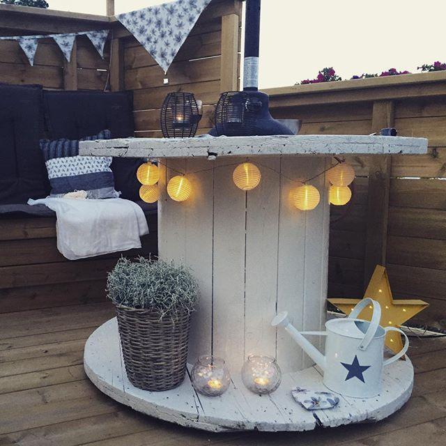 Helgens prosjekt, #kabeltrommel blir bord. Ut med glassbordet.  my weekendproject  #stjernelampe #utebelysning #kreativt #diy_engla  #uterommet #uterom #myhome #mygarden #minhage #hagen #garden #eksterior #uteplassen #flaggvimpel #partyflagg #decor #homedecor #interior #interiorandhome #home #homemade #gjenbruk #kreativtgjenbruk #kabeltrommelbord #hytteinterior #hyttestil #lyseren #sweetlights_no #sweetlights