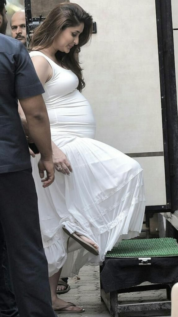Pics Kareena Kapoor Khan And Her Baby Bump Look Gorgeous In This White Maxi Dress Kareena Kapoor Pregnant Kareena Kapoor Indian Bollywood Actress