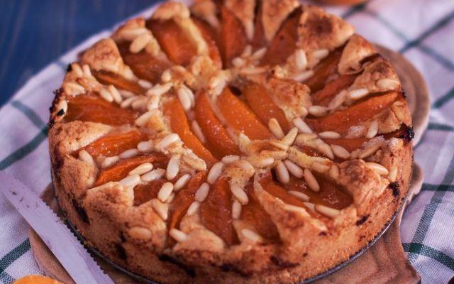 Pinoli e albicocche per una torta che assomiglia a una crostata Una torta o una crostata? In realtà un po' tutti e due,  una consistenza frollosa ai bordi e morbida al centro, in più la noce moscata dona quel tocco interessante e particolare, per non cadere mai n #pinoli #albicocche #nocemoscata